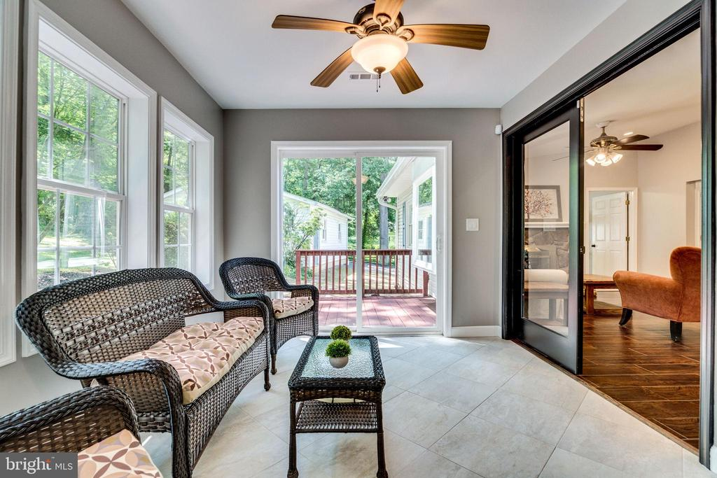 Sunroom leads to kitchen & deck for grilling &more - 5708 GLENWOOD CT, ALEXANDRIA