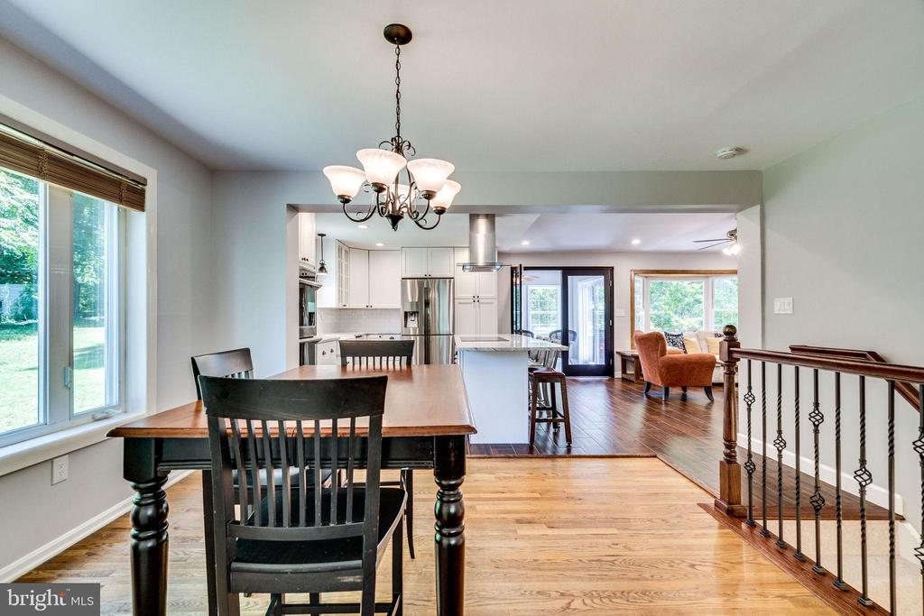 Dining room conveniently next to the kitchen - 5708 GLENWOOD CT, ALEXANDRIA