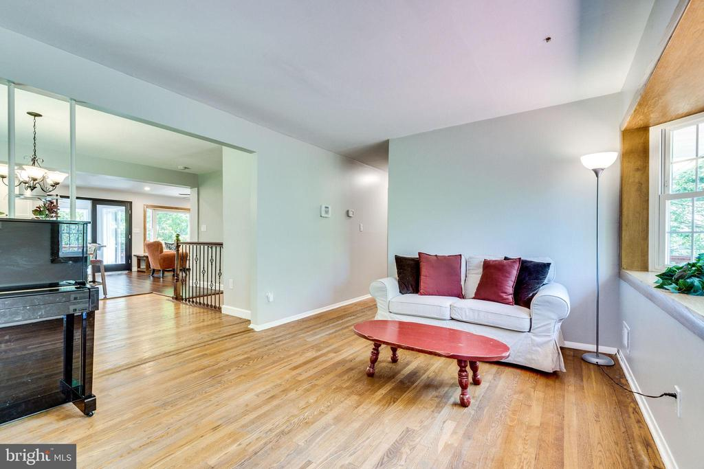 Welcome in to your living room - 5708 GLENWOOD CT, ALEXANDRIA