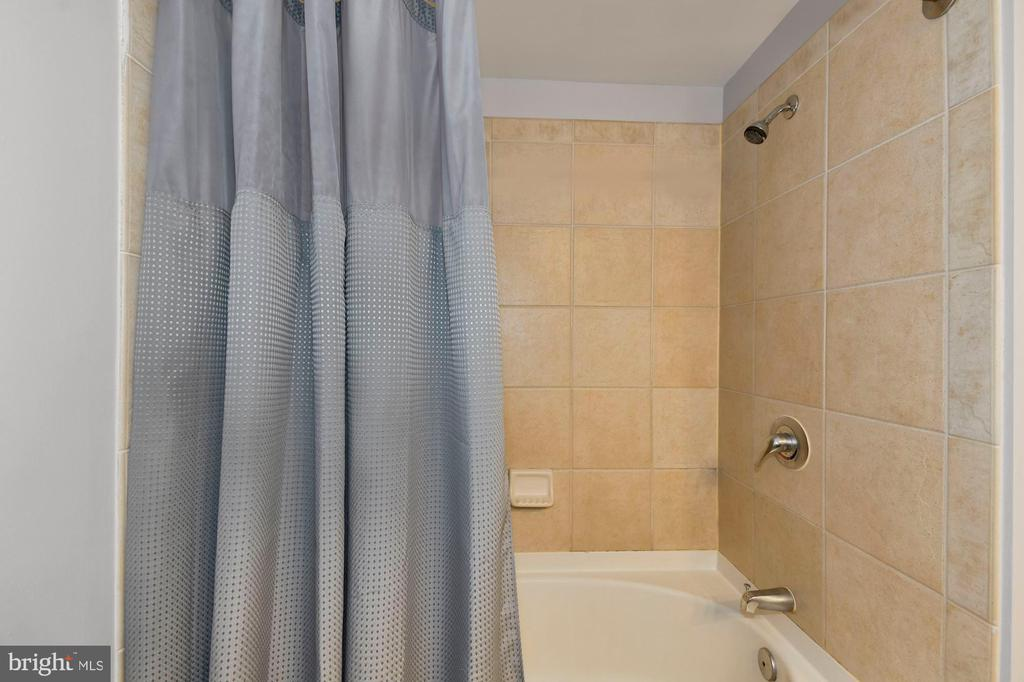 Bathroom - 1021 N GARFIELD ST #323, ARLINGTON