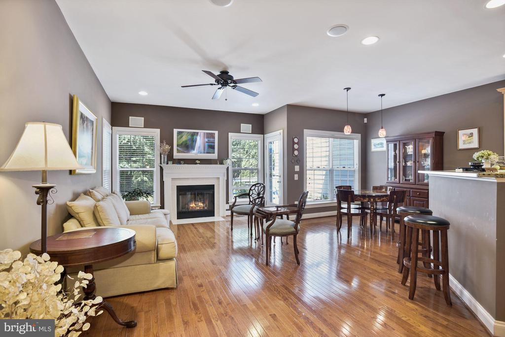 Kitchen and familyroom lead to the deck and patio - 20157 VALHALLA SQ, ASHBURN