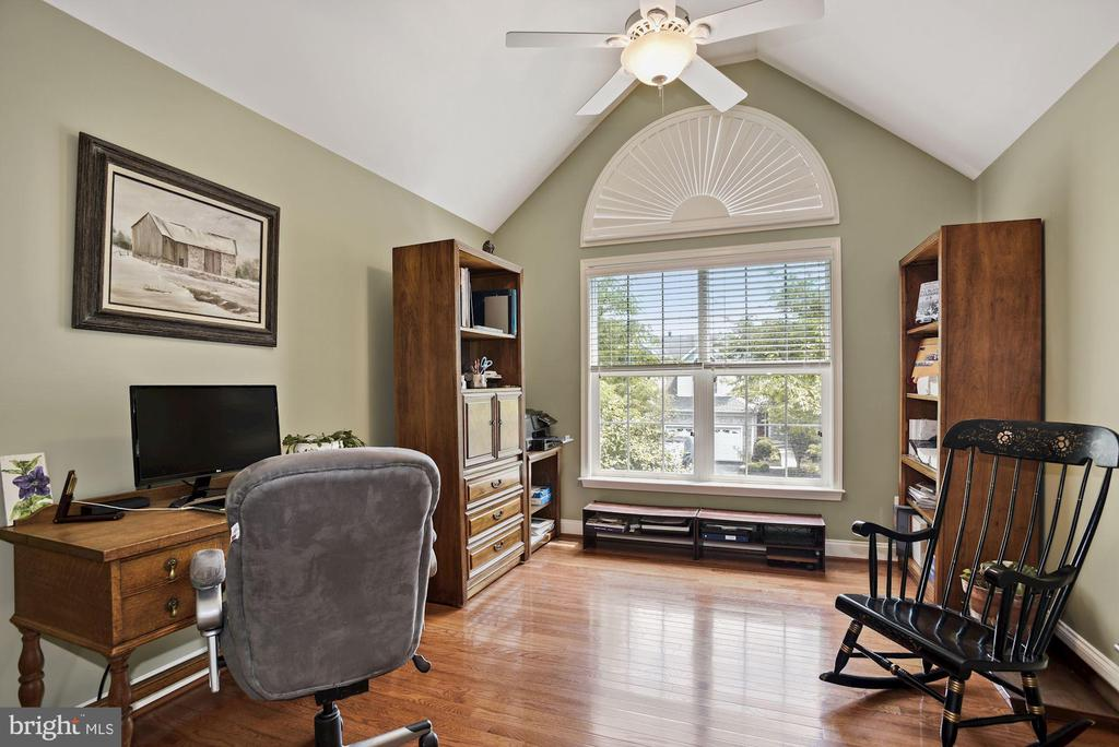 Second upper level bedroom with vaulted ceiling - 20157 VALHALLA SQ, ASHBURN
