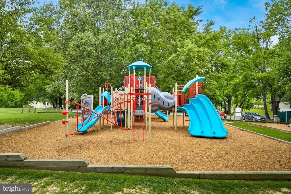 Hamilton Park Playground - 18 LADYSMITH CT, HAMILTON