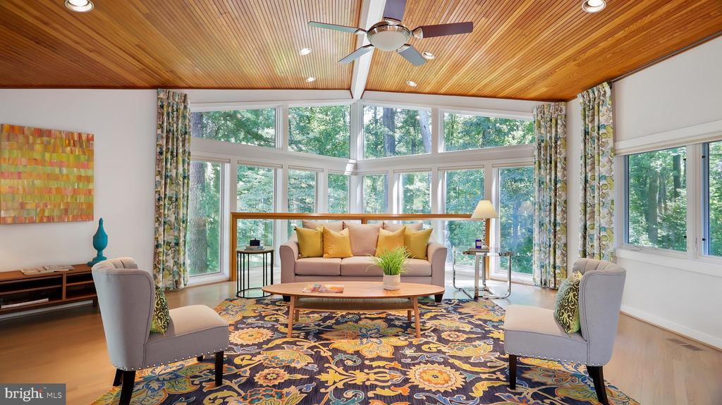 Family room with walls of glass - 10717 MEADOWOOD DR, VIENNA