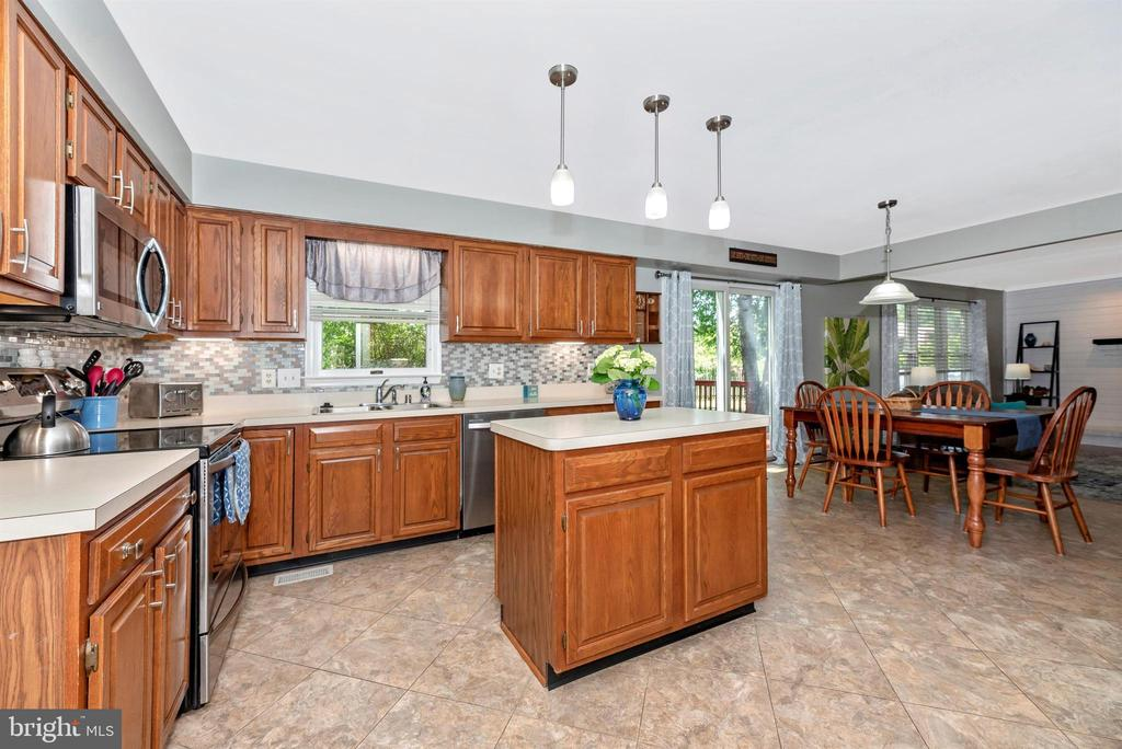 Spacious Kitchen with center island - 18 GRAY FOX CT, MIDDLETOWN
