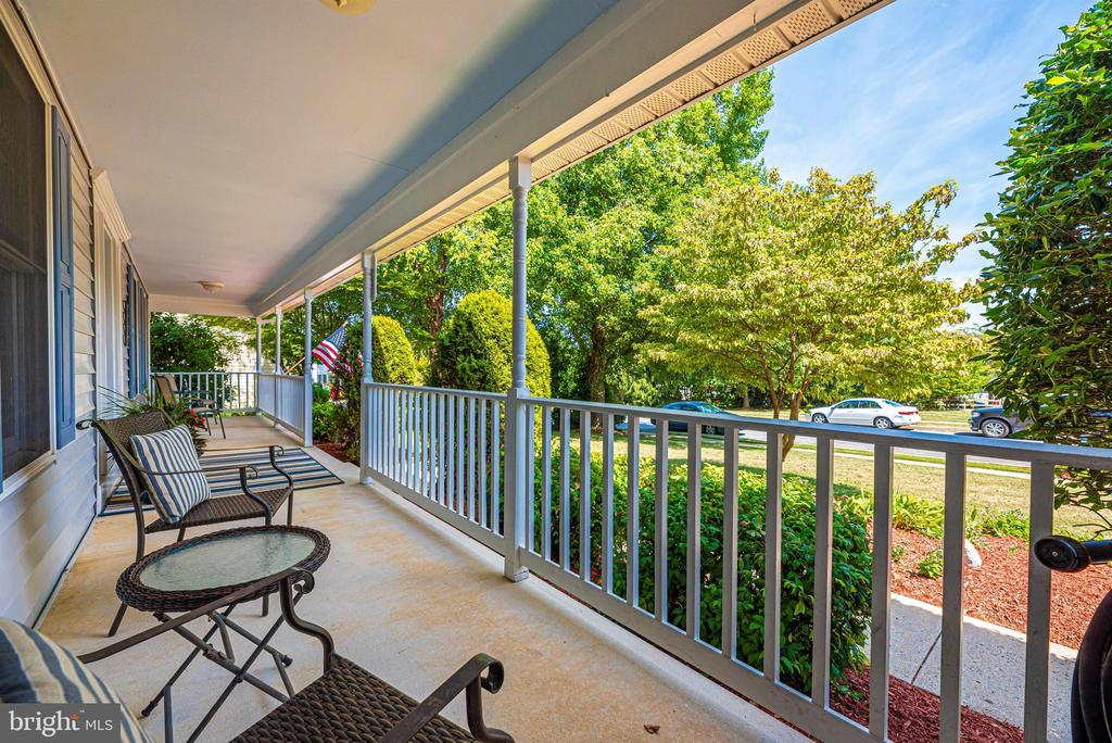 Welcoming covered front porch - 18 GRAY FOX CT, MIDDLETOWN