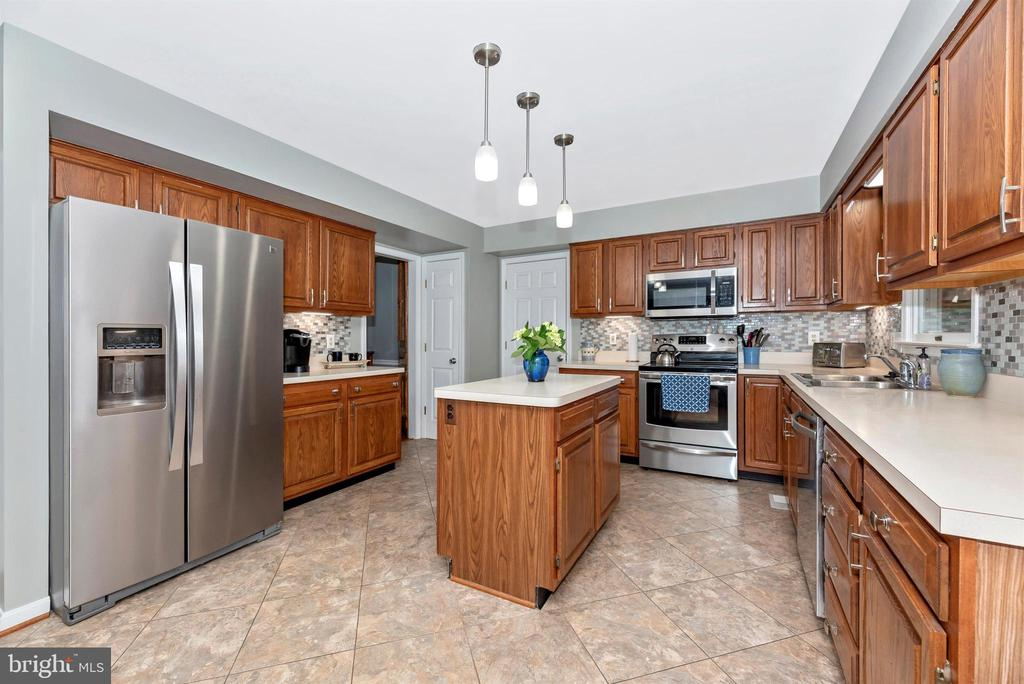 Tons of cabinet space - 18 GRAY FOX CT, MIDDLETOWN