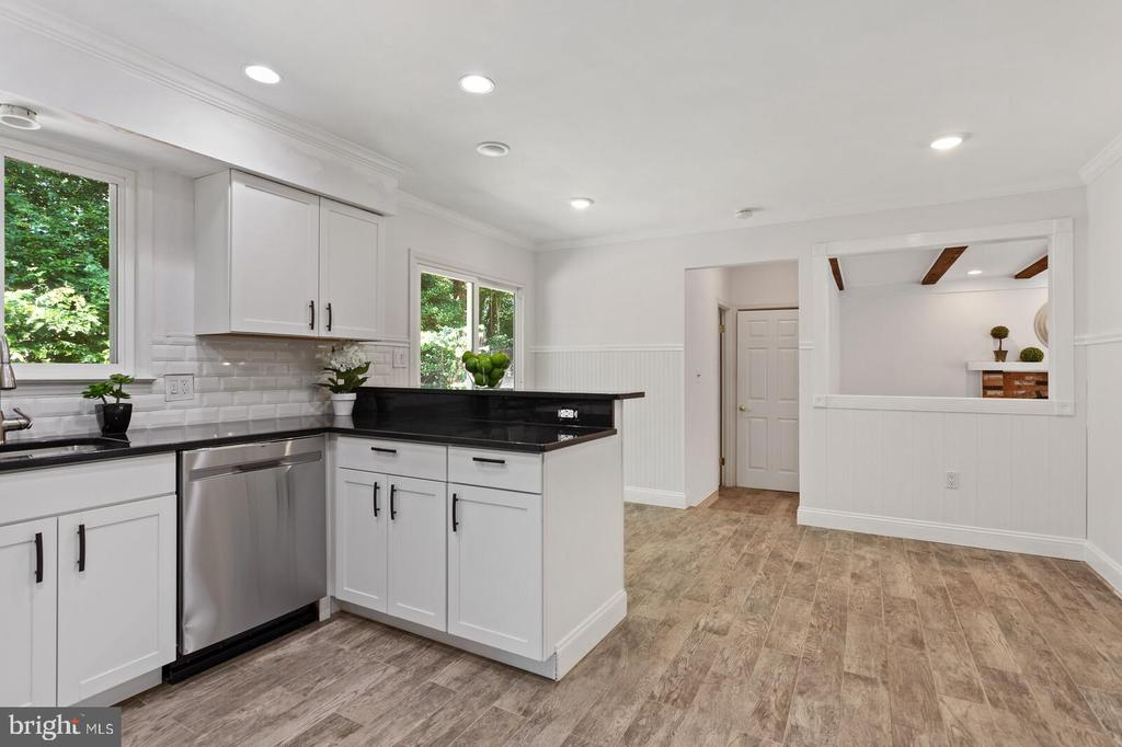 Eat-in kitchen with breakfast counter - 8800 PRUDENCE DR, ANNANDALE