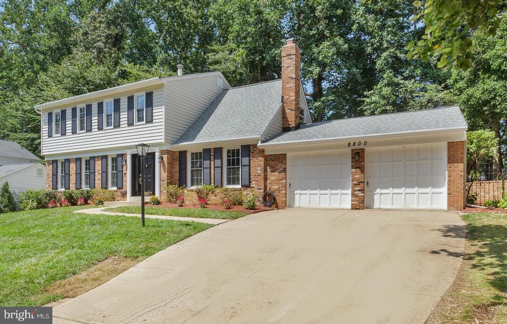 Double garage-with storage space - 8800 PRUDENCE DR, ANNANDALE