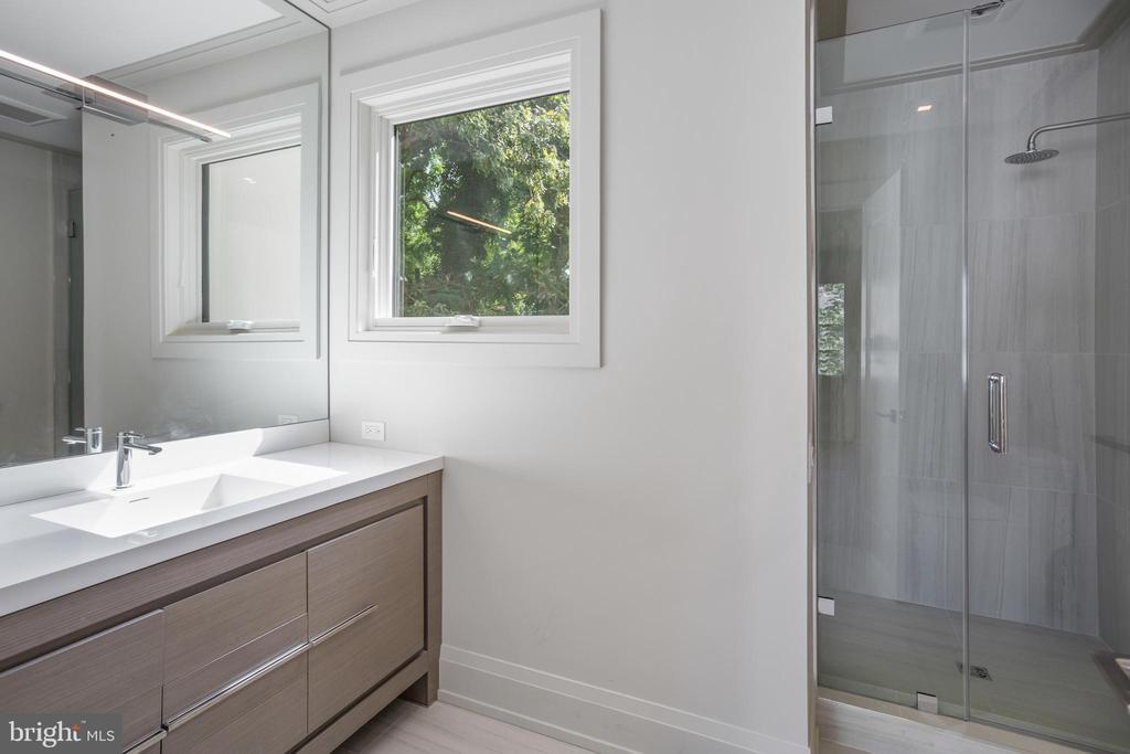 En-Suite Bathroom - 2700 FOXHALL RD NW, WASHINGTON