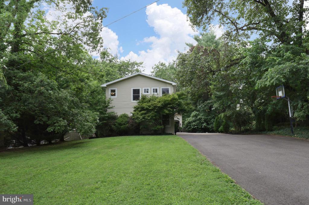 Side Exterior and Long Driveway - 4124 HUNT RD, FAIRFAX