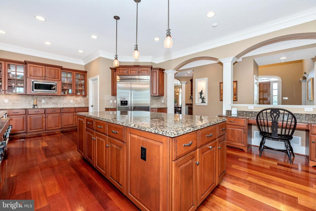 Large kitchen, great for entertaining - 12788 BARNETT DR, MOUNT AIRY