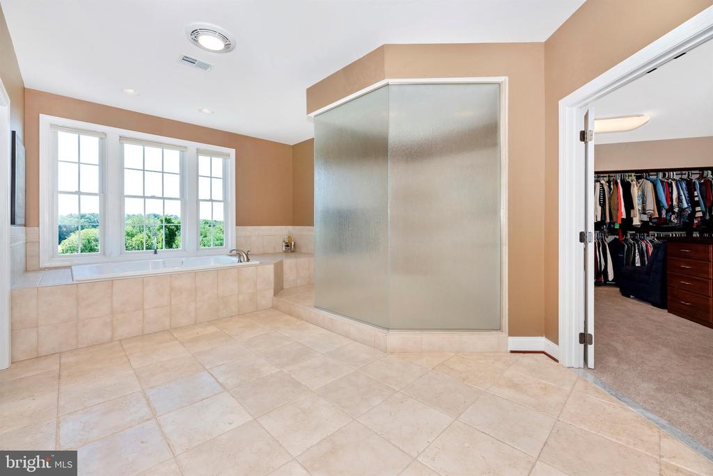 Jetted soaking tub and custom shower - 12788 BARNETT DR, MOUNT AIRY