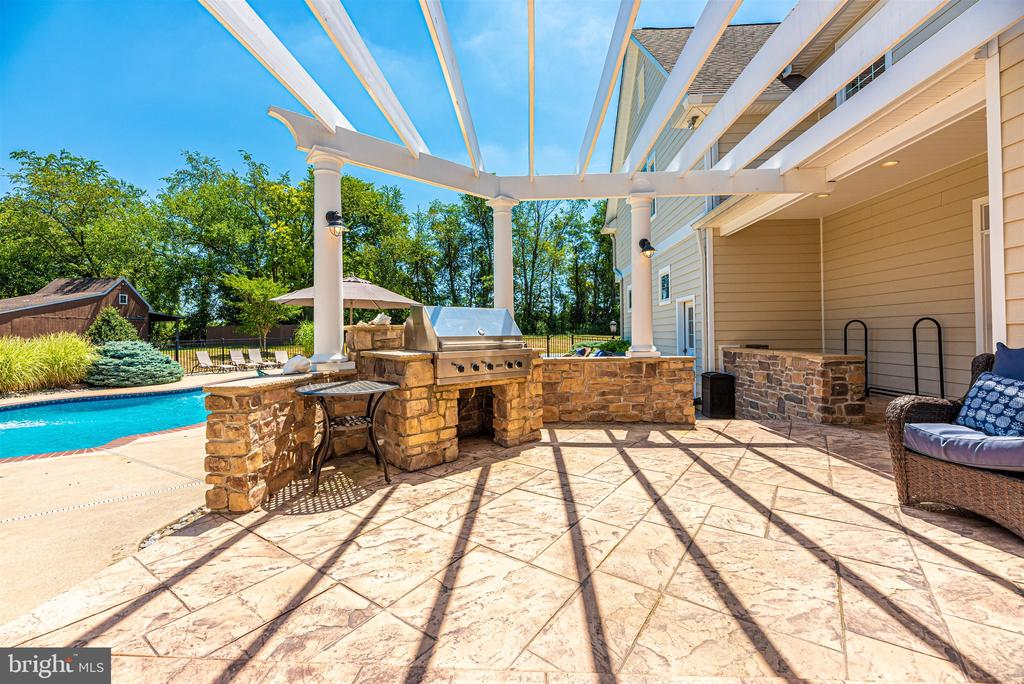 Outdoor kitchen area with Viking built in grill - 12788 BARNETT DR, MOUNT AIRY