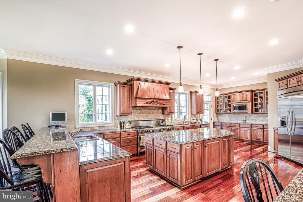 Gourmet kitchen with 2 dishwashers - 12788 BARNETT DR, MOUNT AIRY