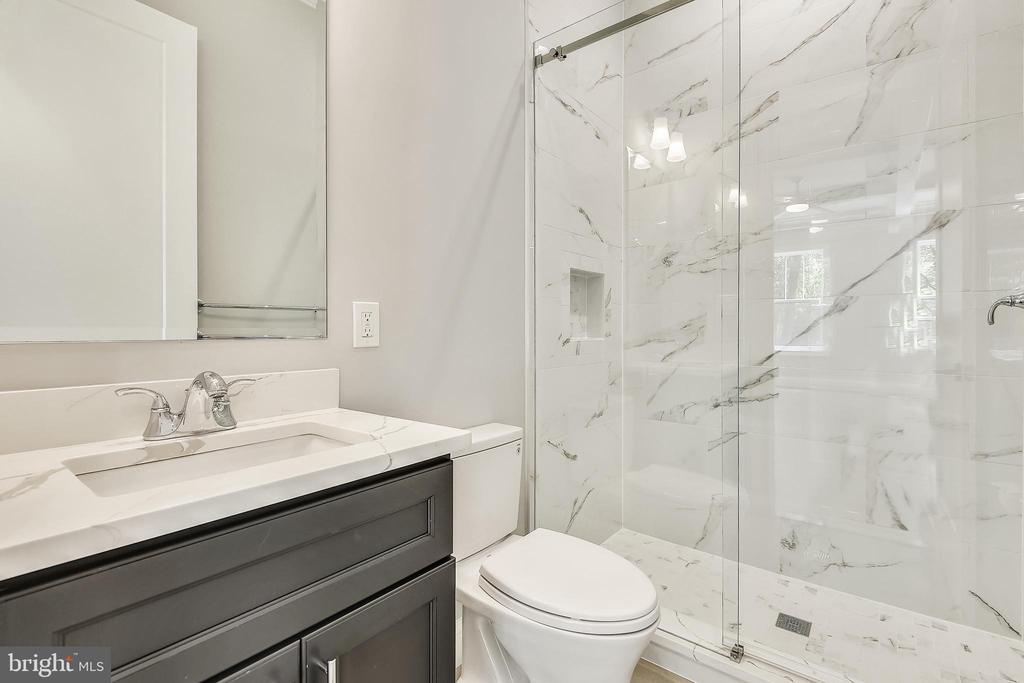 Main Level Full Bathroom - 1117 PEKAY ST SW, VIENNA