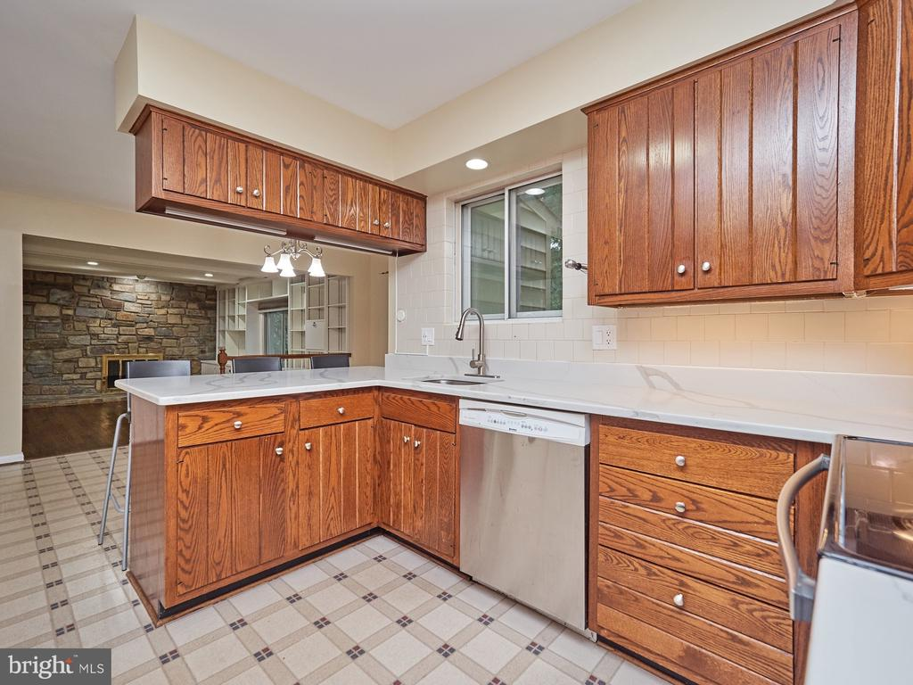 Kitchen open to Family Room - 3710 KRYSIA CT, ANNANDALE