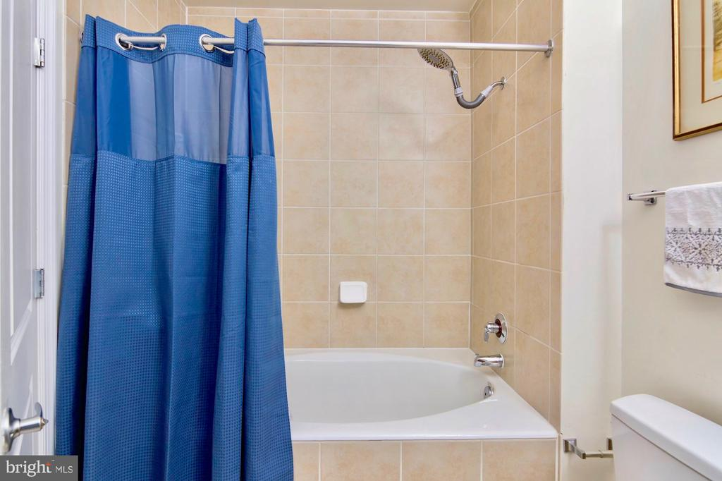 Relax in the soaking tub - 309 HOLLAND LN #215, ALEXANDRIA
