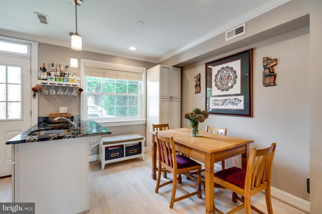 Dining area & kitchen counter bar - 224 WESMOND DR, ALEXANDRIA