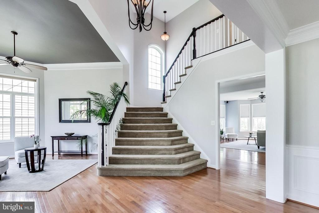 Picture-perfect staircase - 13016 SAINT CLAIR RD, CLARKSBURG
