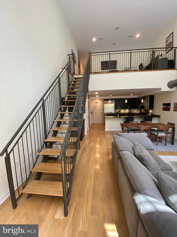 Floating stairs - 1700 CLARENDON BLVD #141, ARLINGTON