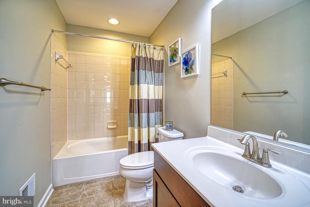 Full Bathroom - Upper Level - 42105 AUTUMN RAIN CIR, BRAMBLETON