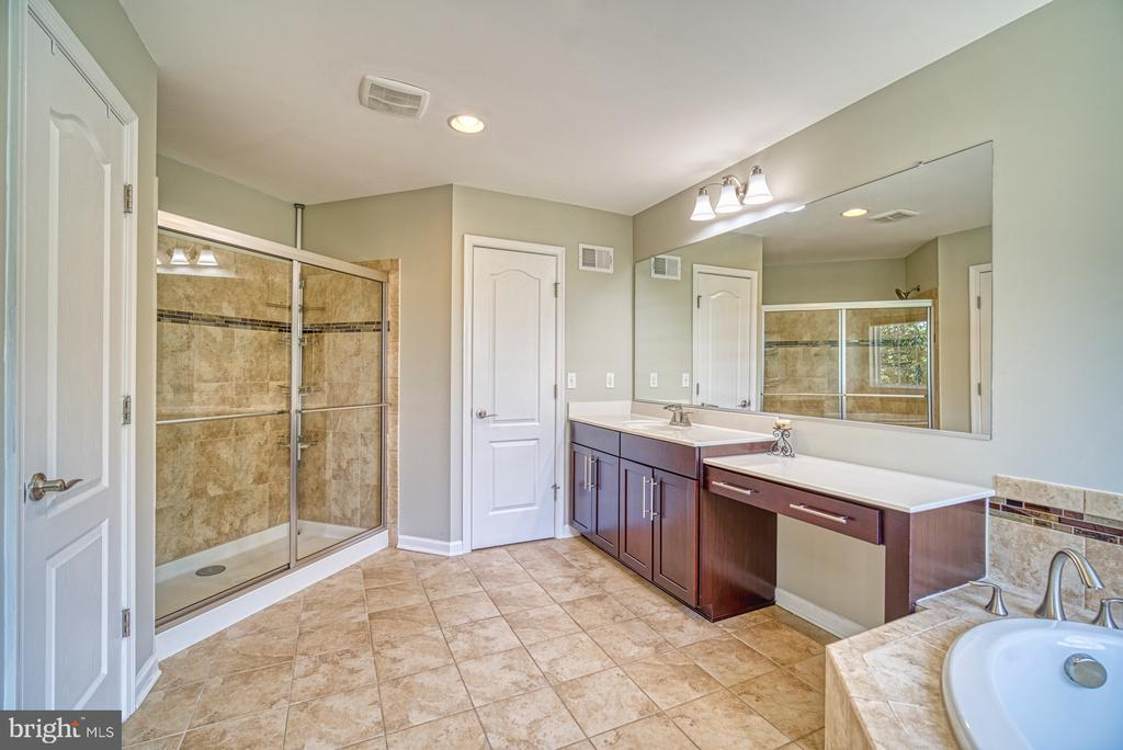 Master Bath with 2 Linen Closets, Large Shower - 42105 AUTUMN RAIN CIR, BRAMBLETON