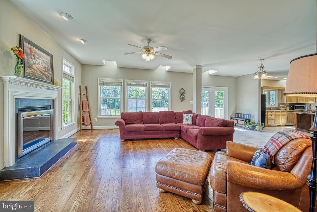 Hardwood Floors on Main Level - 40205 QUAILRUN CT, LOVETTSVILLE