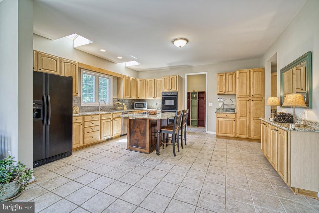 Expansive Kitchen - 40205 QUAILRUN CT, LOVETTSVILLE