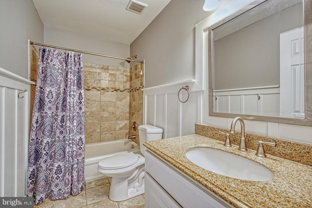 Remodeled 3rd Full Bath - Upper Level - 40205 QUAILRUN CT, LOVETTSVILLE