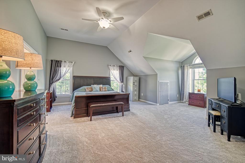 Grand Master Suite with Dormer Niche - 40205 QUAILRUN CT, LOVETTSVILLE