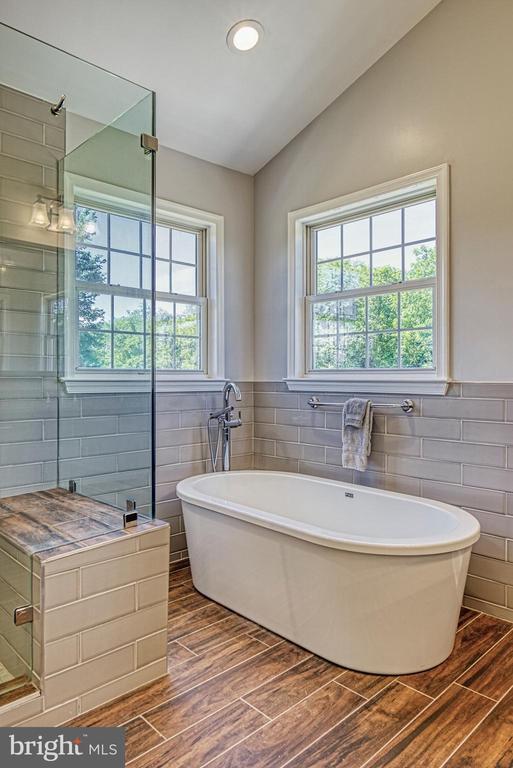 Renovated Master Bath has RADIANT HEATED FLOORS - 40205 QUAILRUN CT, LOVETTSVILLE