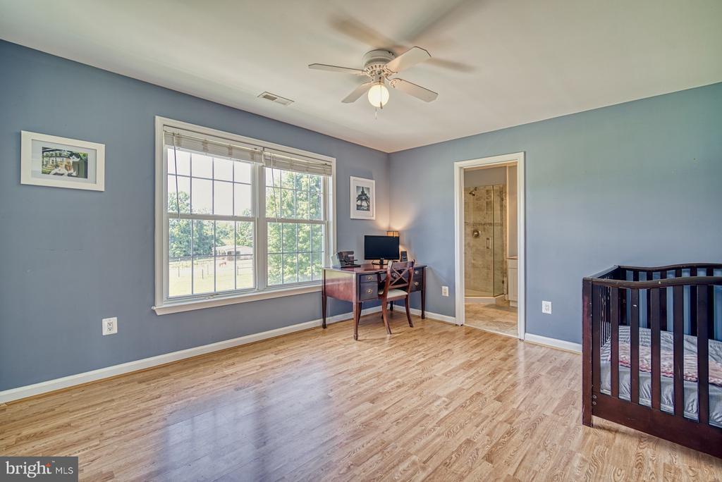 2nd Bedroom w/ En-Suite Full Bath & Walk-in Closet - 40205 QUAILRUN CT, LOVETTSVILLE