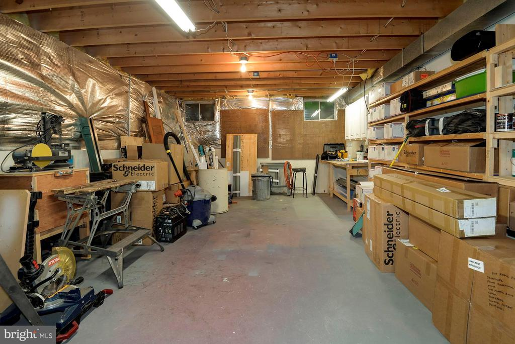 Workshop with built in shelving - 17559 DEAVERS CT, HAMILTON