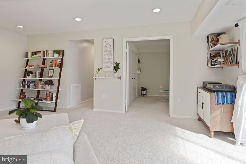 Living Room - New Carpet! - 1931 WILSON LN #102, MCLEAN