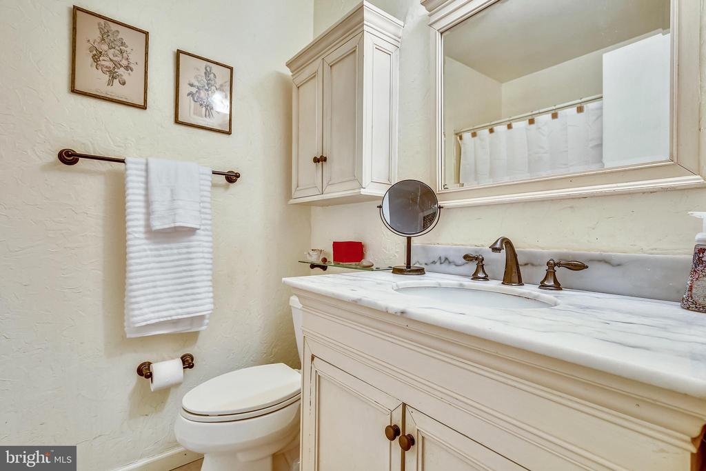 Hall Bath - 6215 THOMAS DR, SPRINGFIELD