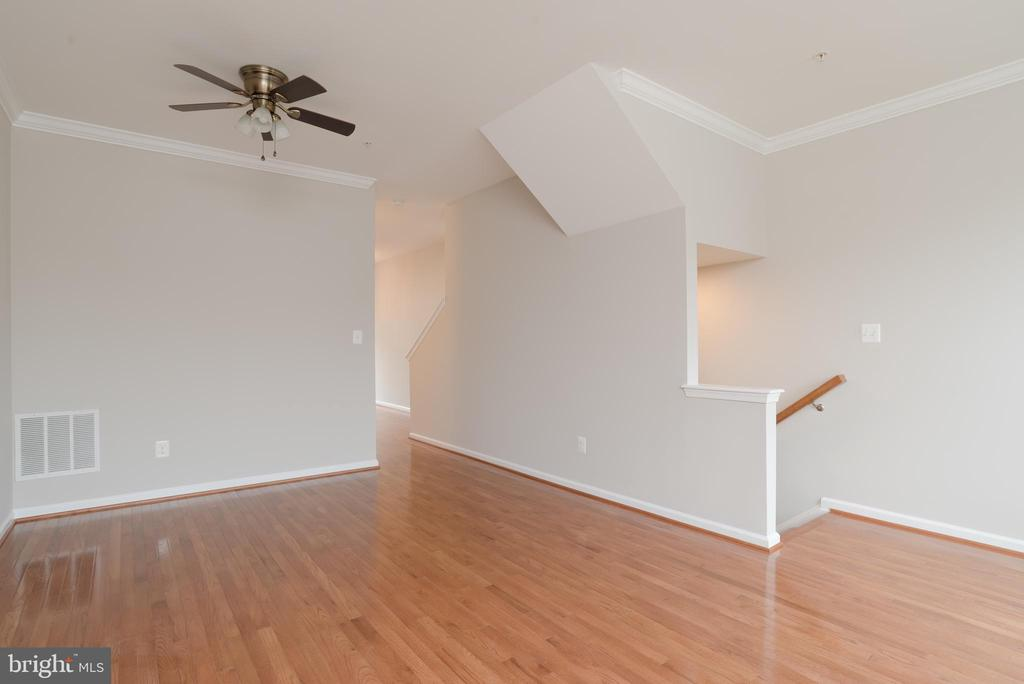 Freshly-painted throughout Townhouse - 15405 ROSEMONT MANOR DR, HAYMARKET