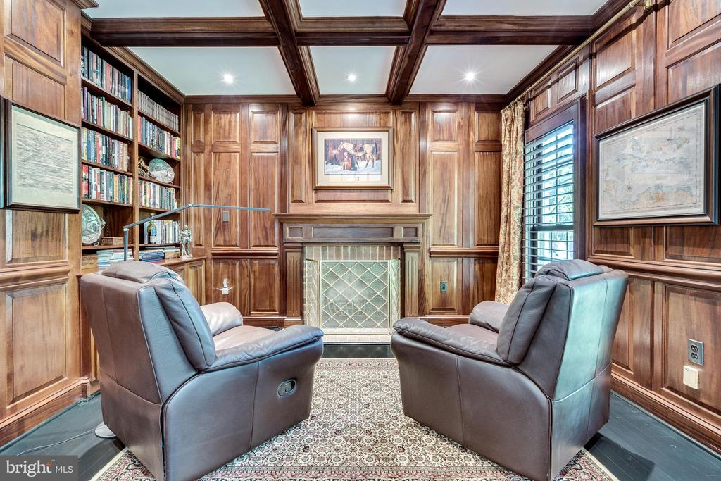 Study with chauffeured ceiling and treated wood - 3812 WASHINGTON WOODS DR, ALEXANDRIA
