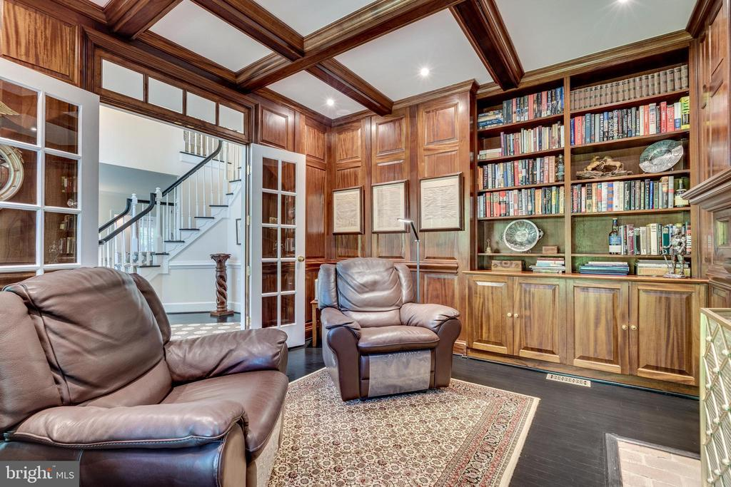 Sophisticated study/library/office with fireplace - 3812 WASHINGTON WOODS DR, ALEXANDRIA