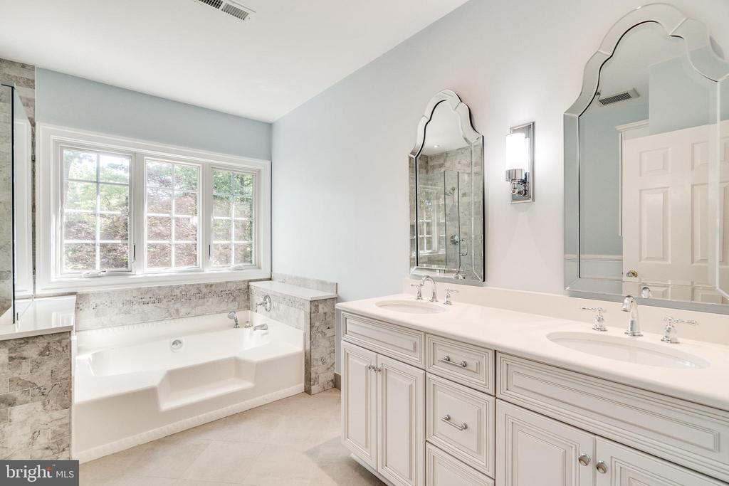 Large tub and double sink in upper hall bath - 3812 WASHINGTON WOODS DR, ALEXANDRIA