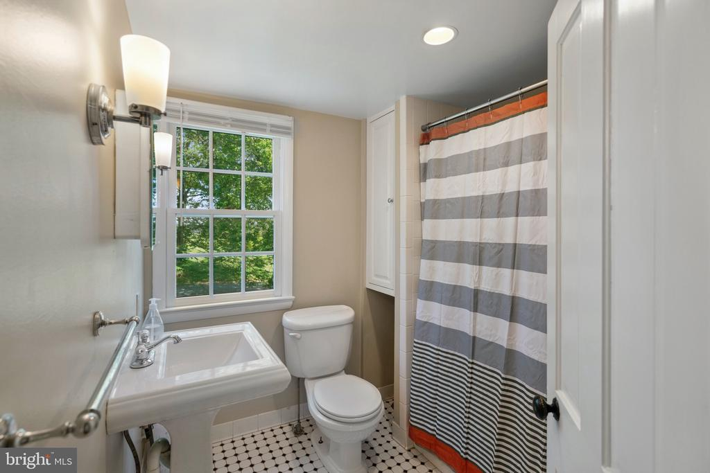 Cottage Bath with Tub/Shower - 19200 ORCHARD MANOR LN, LEESBURG