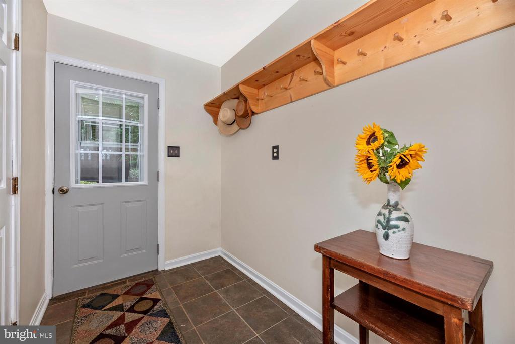 Lower Level Mudroom walks out to side yard - 7917 W BROOKRIDGE DR, MIDDLETOWN