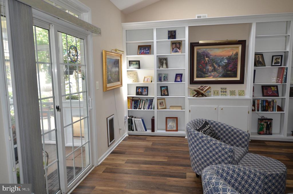 Library/office with built in book cases - 6290 SETTLERS TRAIL PL, GAINESVILLE
