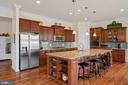 Huge island with extra cabinets and seating area - 41932 CLOVER VALLEY CT, ASHBURN