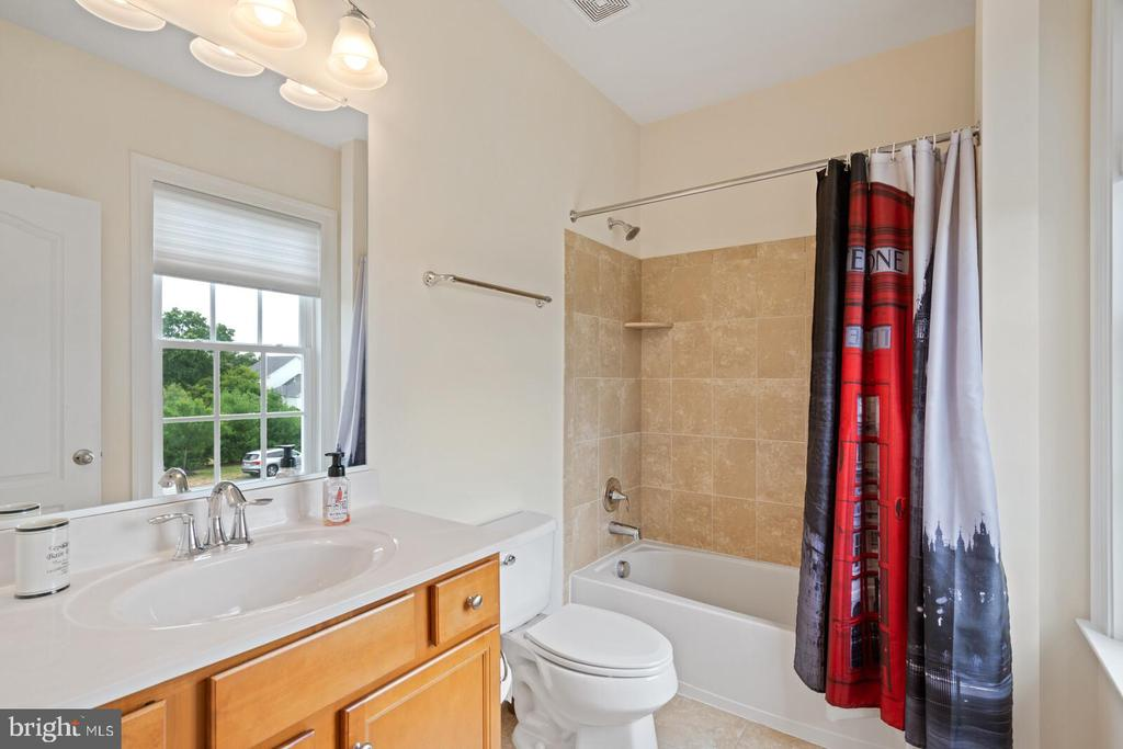 En-suite for bedroom 4 - 41932 CLOVER VALLEY CT, ASHBURN