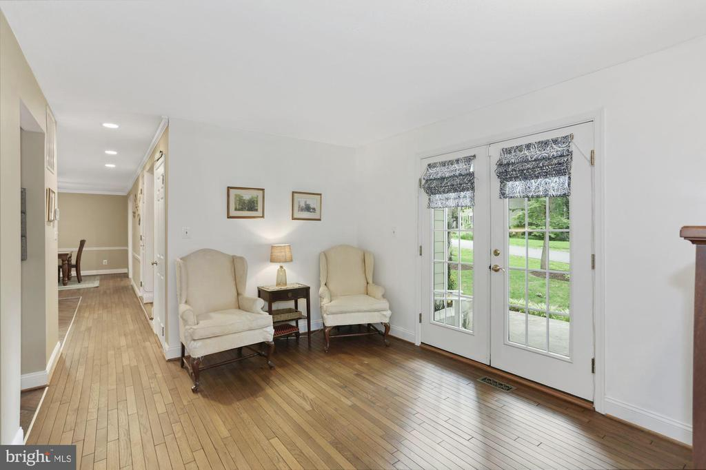 Cozy Library/Den on Main Level - 1958 BARTON HILL RD, RESTON