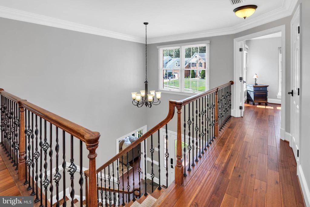 Solid Hwd floors, rod balusters  in UL hallway - 8119 HADDINGTON CT, FAIRFAX STATION