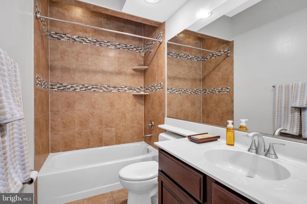 Renovated Full bath on main floor!! - 8119 HADDINGTON CT, FAIRFAX STATION