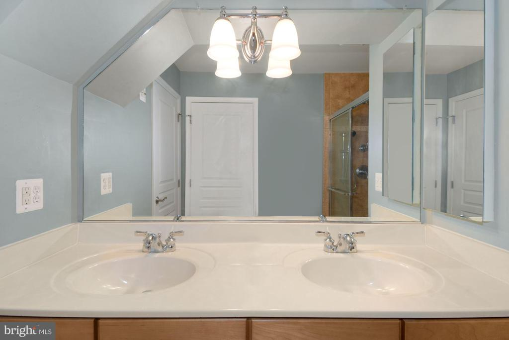 2nd Ensuite Bathroom - 2617 S KENMORE CT, ARLINGTON