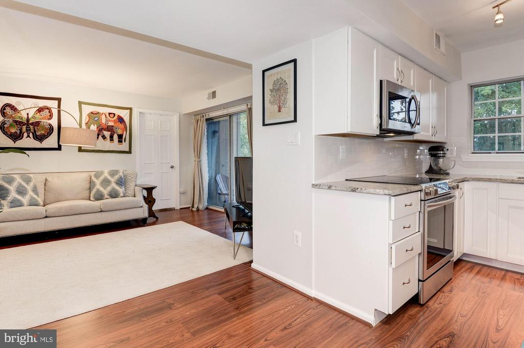 Open Concept Floor Plan btw Living Rm & Kitchen - 7758 NEW PROVIDENCE DR #10, FALLS CHURCH